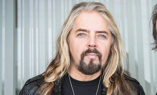 Jukka Lewis soitti 18 vuotta Yö-yhtyeen basistina. Hän ei koskaan saanut huomautuksia ammattitaidostaan, toisin kuin Lindholm väittää.