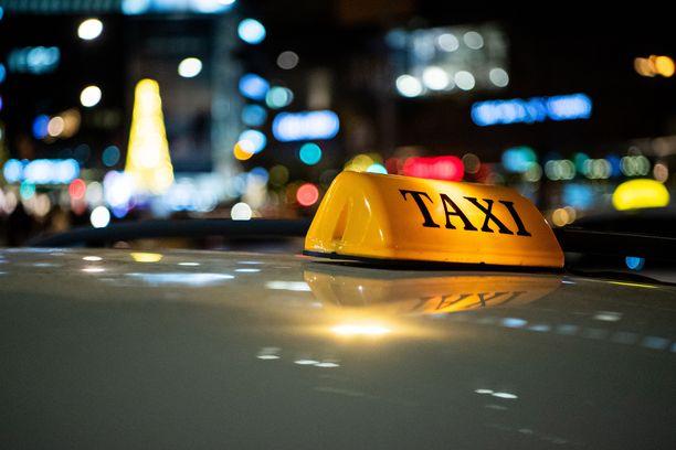 Taksista poistuessa on hyvä tarkistaa, ettei penkille jää mitään tärkeää. Kuvituskuva.
