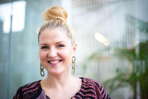 Helmi-Leena Nummela nauttii sekä äitiydestä että työstään.