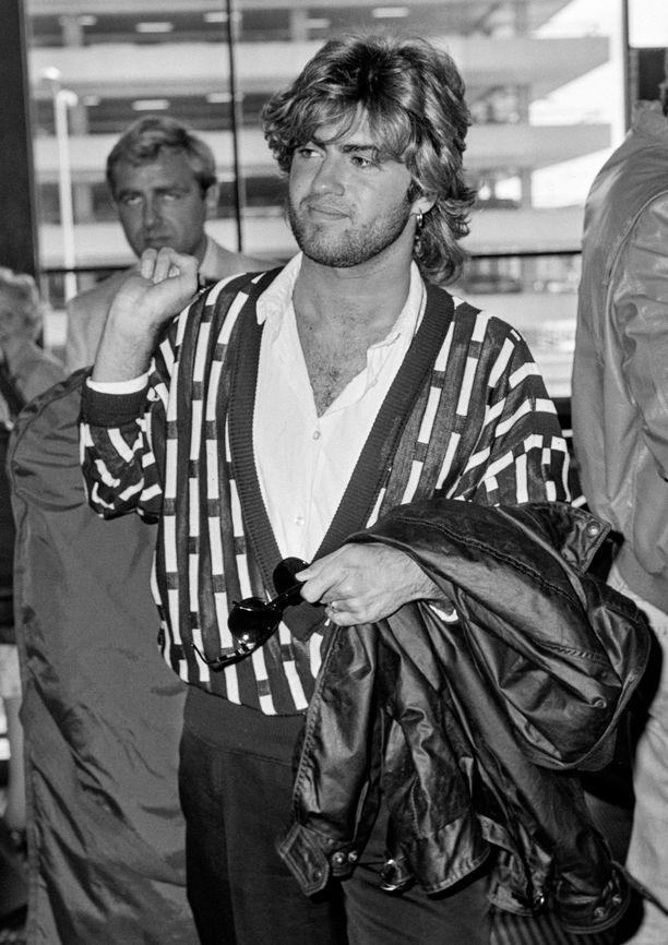 George Michael kuvattuna Lontoon Heathrow'n lentokentällä vuonna 1985.