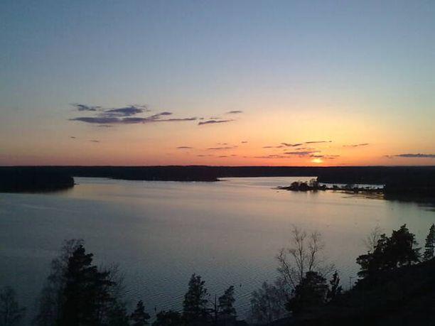 Huhtikuinen auringonlasku Espoonlahdella.