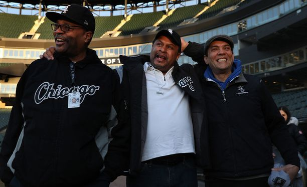 Harry Smith Jr. (vas.), Nevest Coleman ja Jerry Powe olivat hyvillä mielin eilen töissä White Soxin kotikentällä.