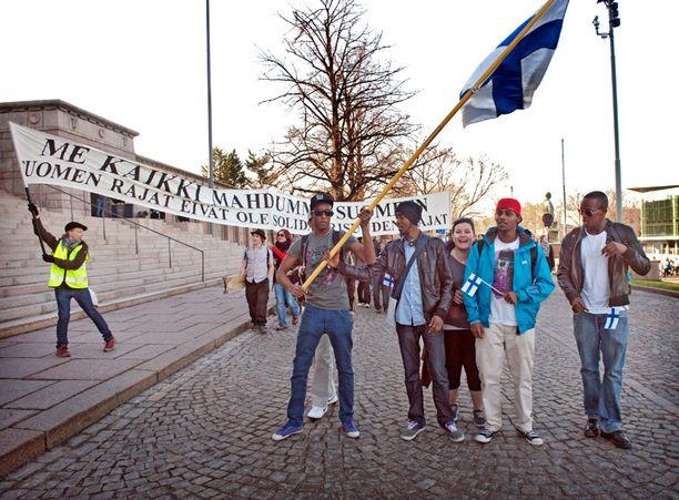 Me kaikki mahdumme Suomeen, julisti järjestäjien banderolli.