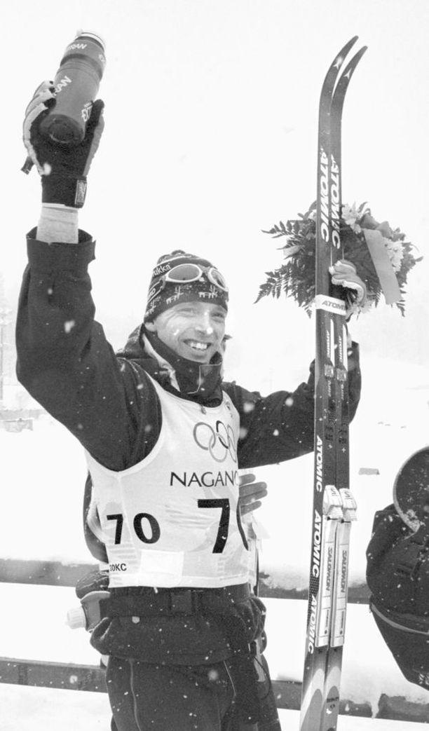 Mika Myllylä tuuletti olympiakultaa Naganon 30 kilometrin perinteisen hiihtotavan kilpailussa helmikuussa 1998. Se on yhä tuorein suomalainen hiihdon henkilökohtainen olympiakulta.