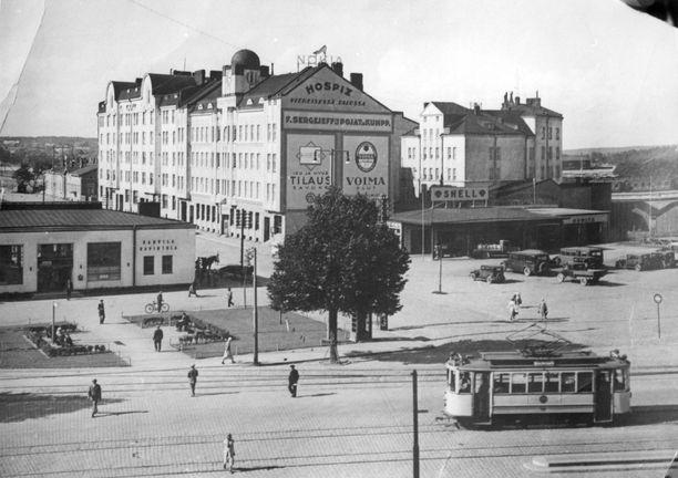 Viipurin Revonkatu. Kuvassa näkyy F. Sergejeffin Pojat ja Kumppanien entinen toimitalo sekä Shellin huoltoasema. Matala rakennus vasemmalla on Viipurin linja-autoaseman matkustajahalli.