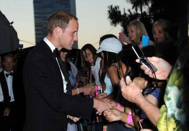 Prinssi tervehti faneja juhlapaikan ulkopuolella.