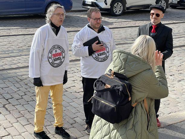 Vihreiden puheenjohtaja Maria Ohisalo jutteli tiistaina kulttuurialan mielenosoittajien kanssa Säätytalon edustalla.