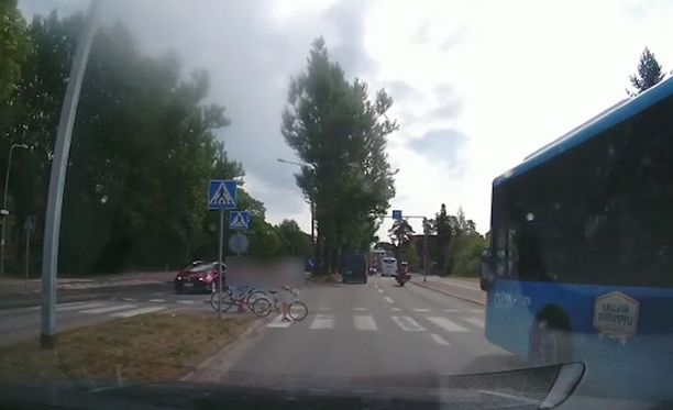 Bussi ei piitannut suojatien eteen viereiselle kaistalle pysähtyneestä.
