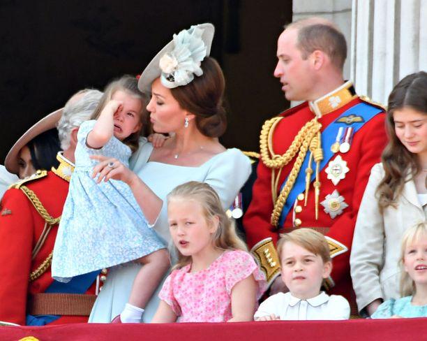 Herttuatar Catherine ja prinssi William juhlivat kuningatar Elisabetia prinsessa Charlotten ja prinssi Georgen kanssa.