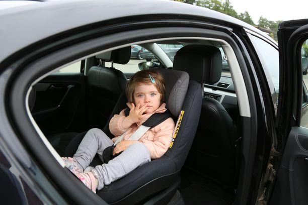 Moni kääntää lapsen istumaan kasvot menosuuntaan liian aikaisin.