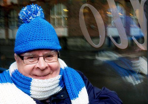 Hiljattain Tampere-talon johtajan paikalta vetäytynyt Kalervo Kummola sai työkavereiltaan läksiäislahjaksi Leijona-aiheiset villapipon ja kaulahuivin.
