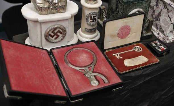 Muun muassa nämä esineet löytyivät poliisin suorittamassa kotietsinnässä taidekeräilijän salahuoneesta Buenos Airesissa.