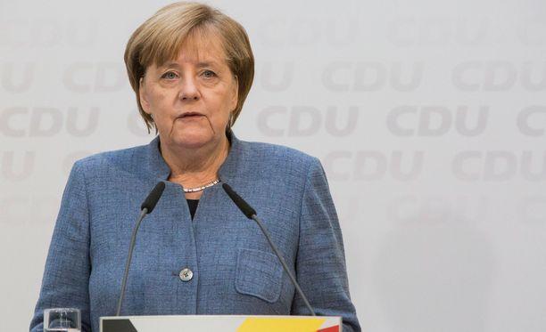 Merkelin CDU pyrkii muodostamaan koalition vihreiden ja liberaalipuolueen kanssa.