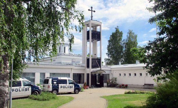 Poliisiautot ovat olleet tällä viikolla tuttu näky Lintulan luostarin pihassa.