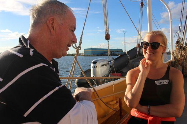 Laivalla käytetään pelkkiä etunimiä. Australialainen Gavin kertoo matkakokemuksistaan suomalaiselle Nitalle.