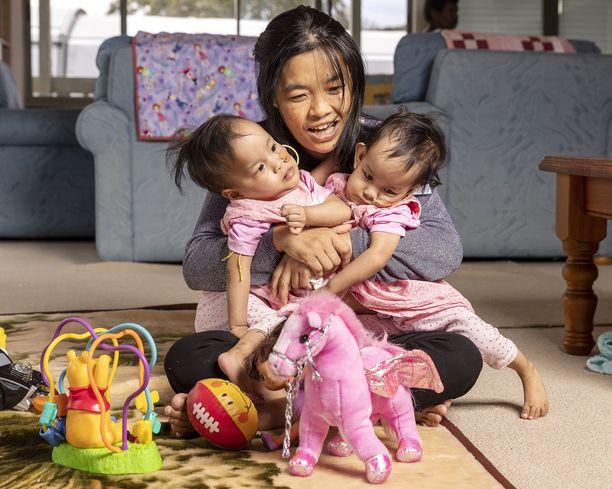 Australialainen hyväntekeväisyysjärjestö Children First Foundation toi tytöt ja heidän äitinsä Bhutanista Australiaan. Leikkauksen maksoi Victorian osavaltio.
