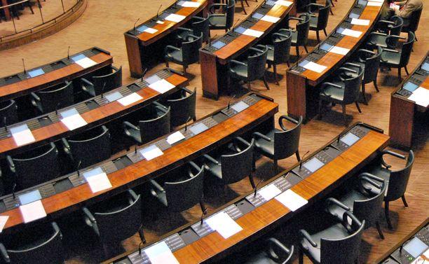 Uudet kansanedustajat eivät ole vielä edes päässeet ns. tositoimiin, kun perussuomalaisten ja muiden puolueiden välille on syntynyt kiista eduskunnan istuntosalin istumajärjestyksestä.