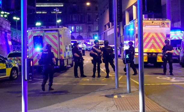Poliisi valvoi Manchester Arenaa raskaasti aseistautuneena.