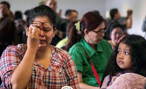 Omaiset odottavat tietoja läheistensä kohtalosta Surabayan lentokentällä.