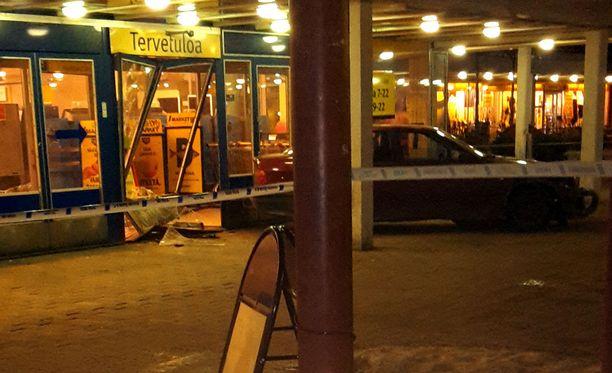 Tiistaina aamuyöllä Kontulan ostoskeskuksen S-marketiin ajettiin autolla sisään.