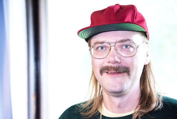 Stigin tyylissä viikset ja silmälasit ovat isossa roolissa.