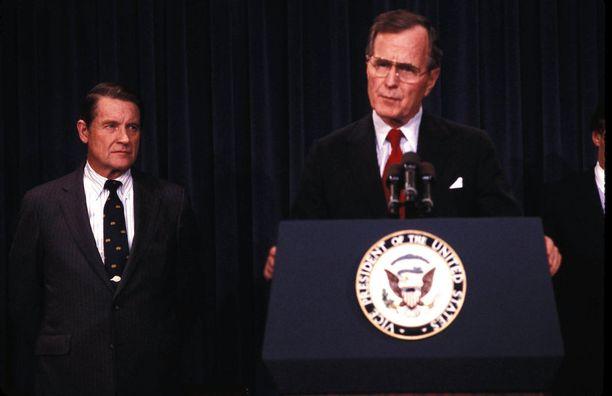 Liittovaltion poliisia FBI:ta ja keskustiedustelupalvelua CIA:ta johtanut William Webster (vas.) liittyi kritisoimaan turvaluokituksen poistamista. Vuonna 1998 otetussa kuvassa myös presidentti George H.W. Bush.