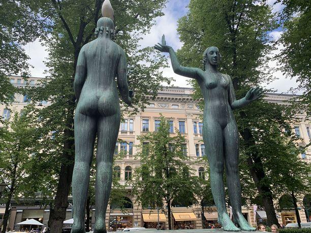 Topeliuksen muistomerkistä nousi aikoinaan äläkkä. Kaikkien mielestä alastomat neidot eivät kunnioittaneet rakastettua satusetää riittävästi.