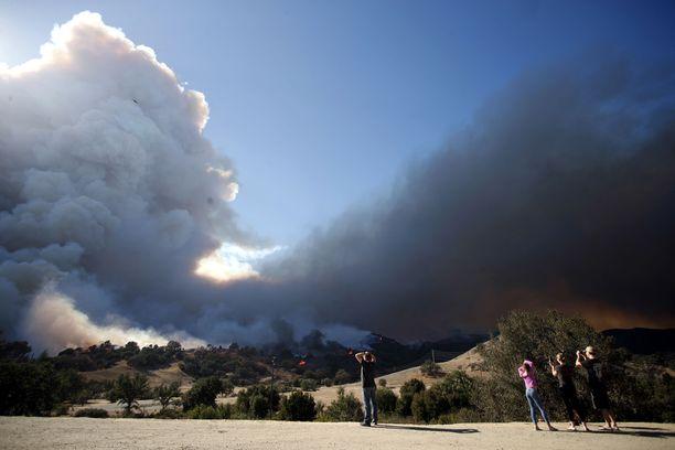 Kymmeniätuhansia on evakuoitu kodeistaan Kalifornian eteläosassa leviävän Woolsey-maastopalon alta.