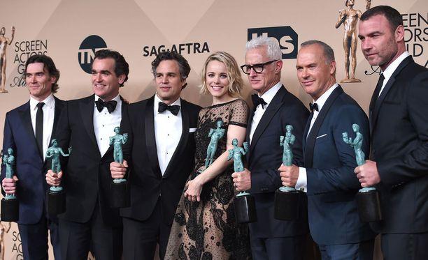 Spotlightin näyttelijät Billy Crudup, Brian d'Arcy James, Mark Ruffalo, Rachel McAdams, John Slattery, Michael Keaton ja Liev Schreiber Oscar-Gaalassa. Rachel McAdams näytteli elokuvassa toimittaja Sacha Pfeifferia.