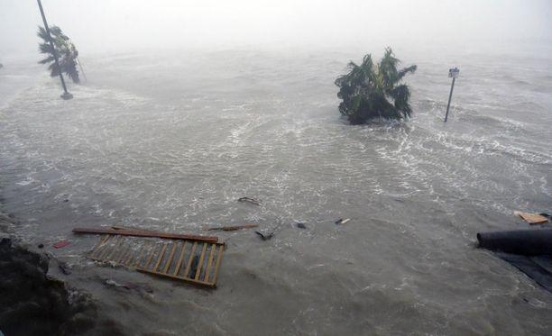 Lauantaina varhain aamulla Suomen aikaa Texasin rannikolle iskeytynyt hurrikaani Harvey jätti jälkeensä tuhoa ja sekasortoa.