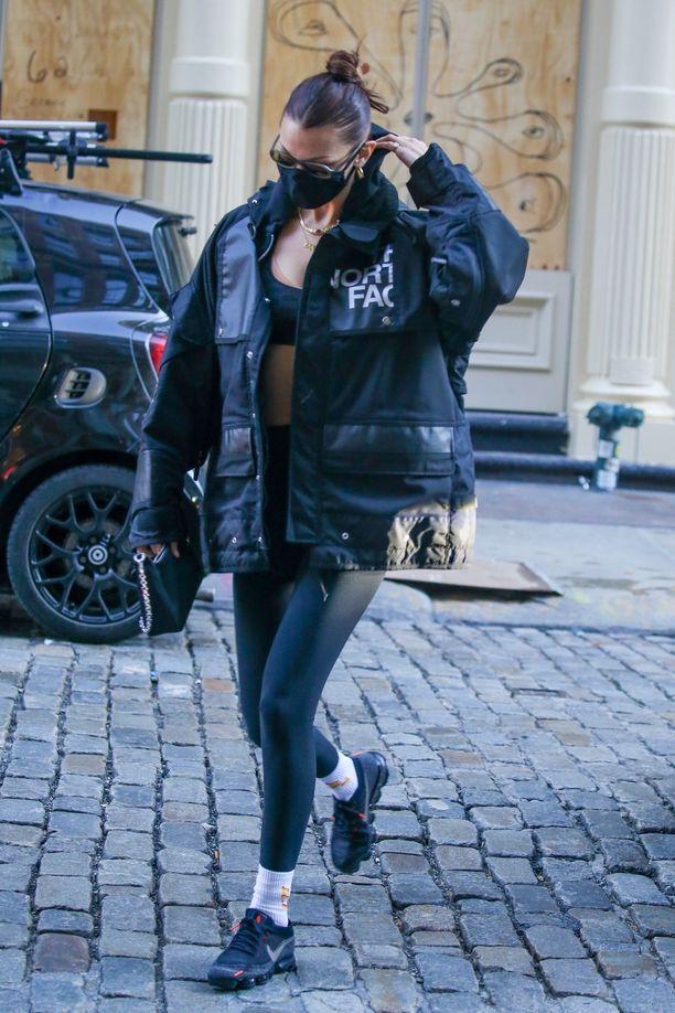 The North Facen takit ovat olennainen osa Bella Hadidin tyyliä.