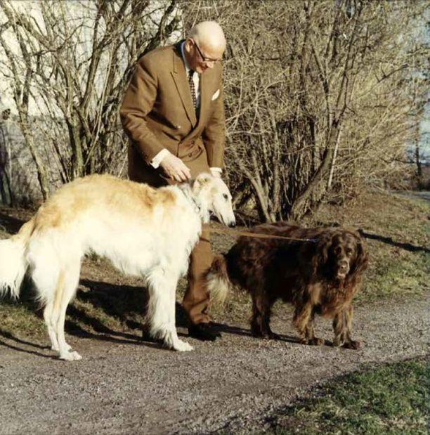 Kekkonen ja vinttikoiransa Ludmila ja pienimünsterinseisojansa Isabella.