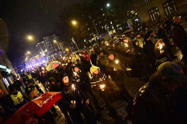 Isänmaallisen 612 -ryhmän soihtumarssi ja sitä vastustanut Vapaus pelissä -vastamielenosoitus itsenäisyyspäivänä 2015.