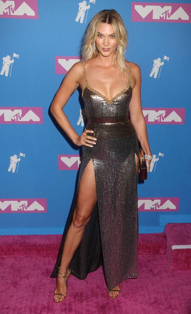 Karlie Kloss poseerasi punaisella matolla elokuussa.