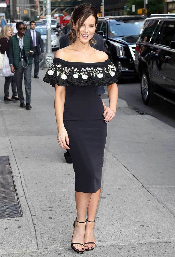 Kate Beckinsale ja kaunis off the shoulder-mekko