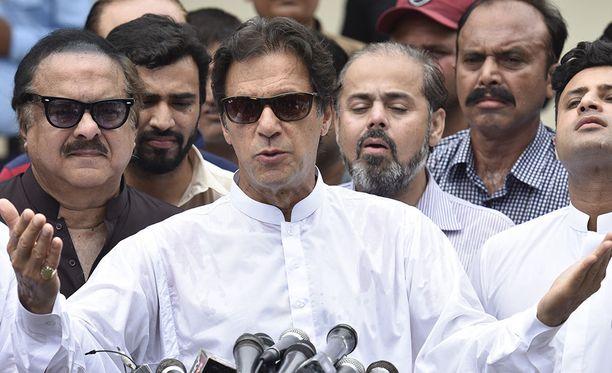 Imran Khan puhui toimittajille tiistaina annettuaan äänensä maan parlamenttivaaleissa.