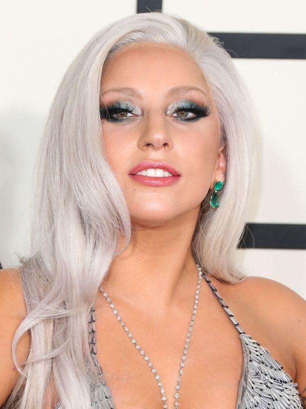 Lady Gaga harmaaseen vivahtavassa platinatukassa.