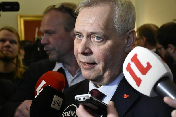 SDP:n puheenjohtaja, hallitustunnustelija Antti Rinne eduskunnassa viime keväänä päivänä, jolloin hän oli saanut edelliset hallitustunnustelut maaliin.