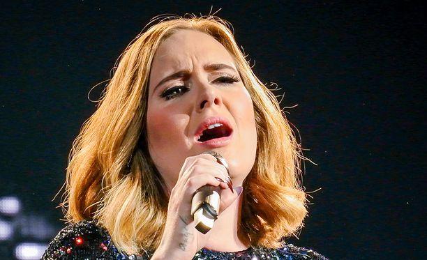 Adele esiintymässä viime kuussa Birminghamissa.