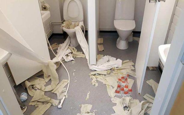 WC-tilat eivät näyttäneet kutsuvilta murron jäljiltä.