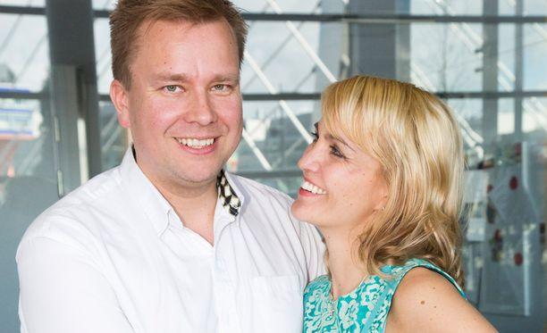 Antti Kaikkonen antoi vaimolleen Satu Taiveaholle äitienpäivähalauksen. He olivat puhumassa lapsettomien lauantain tapahtumassa sijaisvanhemmuudesta lapsettomuusklinikalla.