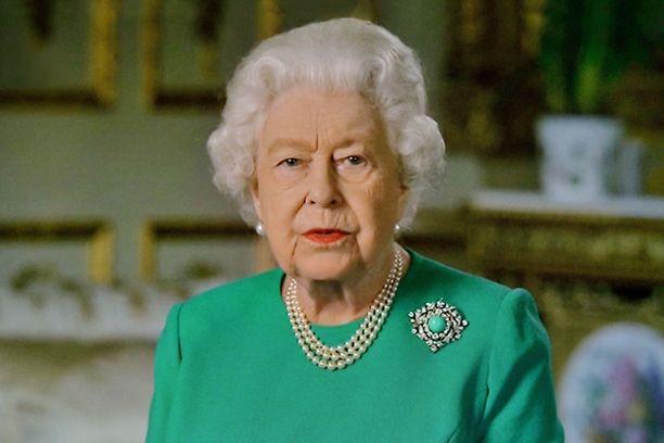 Kuningatar Elisabetin rintakoru näkyi hyvin.
