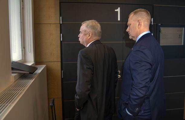 Markus Päiviö (oik.) ja hänen asianajajansa Pentti Laiho menossa oikeussaliin.