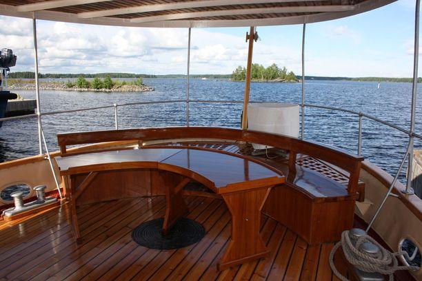 Matkustajat voivat olla matkan aikana esimerkiksi laivan kannella tai huonolla säällä salongissa.