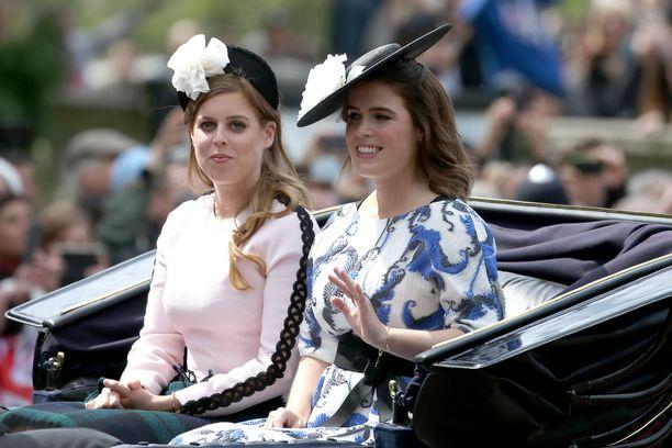 Vasemmalla prinsessa Beatrice ja oikealla prinsessa Eugenie matkalla kuningatar Elisabetin syntymäpäiväparaatiin.