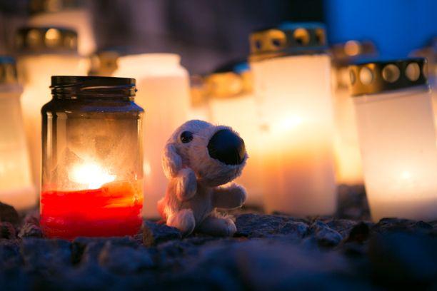 Kuopiossa muistettiin kynttilöin äitinsä surmaamiksi joutuneita kahta pikkulasta.