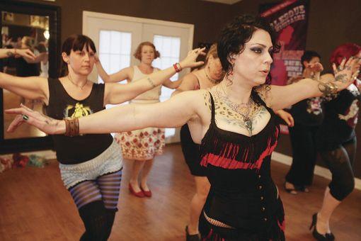Kuva burleskitunnilta, jossa opetellaan esiintymistaitoja. Burleskitanssi on ottanut vaikutteita burleskitaiteen liikekielestä.