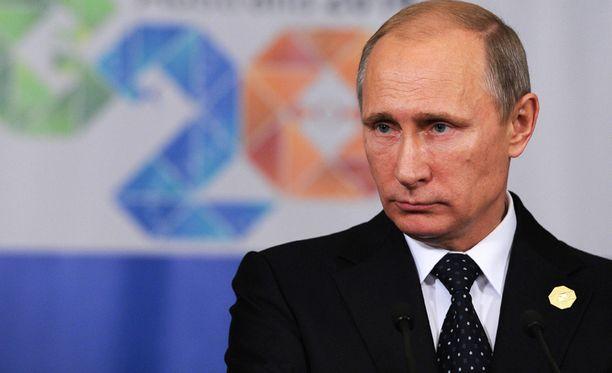 Parisataa ihmistä kehuu Putinia netissä työkseen.