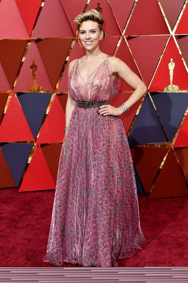 Scarlett Johanssonin iltapuku on saanut moitteita arkisuudestaan. Johansson tunnetaan muun muassa elokuvista Match Point ja Vicky Cristina Barcelona.