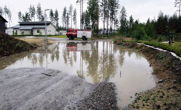 Kontiolahden Lehmossa asuvan Juha Pitkäsen pihamaa lainehti. Lähistöllä tie peittyi veteen.